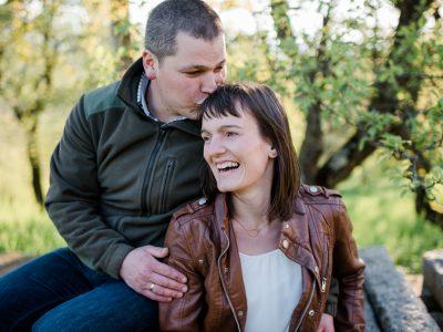Ländliches Verlobungsshooting unter blühenden Bäumen